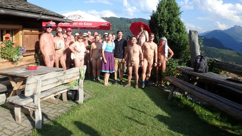 Nudity and property right: Königsbergalm 2018 – group photo with the couple running the alm
